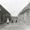 F0820 <br /> De oude Burchtstraat aan het begin van de vorige eeuw. Hier bouwde aannemer J.P.Oudshoorn tussen 1900 en 1904 acht arbeiderswoningen aan beide kanten van de straat. Wat betreft bouwstijl lijken de huizen sterk op de huizen die van 1899-1964 aan de J.P. Gouverneurlaan stonden, waar later de Rabobank stond. Ook deze huizen zijn destijds gebouwd door aannemer Oudshoorn en hadden geen voordeur, maar een 'achterom': een gemeenschappelijk pad aan de achterzijde dat toegang gaf tot de afzonderlijke woningen Foto: vóór 1921.<br /> <br /> Collectie Oudshoorn 020: arbeiderswoningen J.P. Oudshoorn 1900-1904, Burchtstraat.