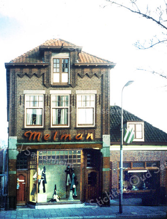 F0022 <br /> De damesmodezaak van Melman aan de Hoofdstraat 244 is afgebroken in mei 1980. Op deze plaats is sinds 2009 de dameswinkel van Van Uffelen gevestigd. In het pand rechts, dat door Melman als etalage gebruikt werd, was vroeger de viswinkel van Nic. Roos. Later is deze winkel verhuisd naar de hoek Hoofdstraat/J.P. Gouverneurlaan.<br /> Foto: ca. 1978.