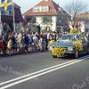 F1131 <br /> Deelname aan het bloemencorso door garage H.G. van Santen. Uiterst links het pand villa De Schulp aan de Hoofdstraat nr. 345 bij Sassenheim-noord.
