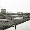 F0351 <br /> Bloembollententoonstelling in de vollegrond voor Het Oude Koningshuys in 1907. Op de achtergrond huize Casa Reale. Rechts de in 1902 gebouwde villa Bijdorp met daarachter het torentje van villa Hestia en de bollenschuur van Scheffers & Kroes N.V. toen nog G. Vlasveld & Zonen (in 1907: van Van Zonneveld & Co. N.V. en in 1932: Scheffers & Kroes N.V.) Vóór Casa Reale een modelkas, behorend bij de tentoonstelling.