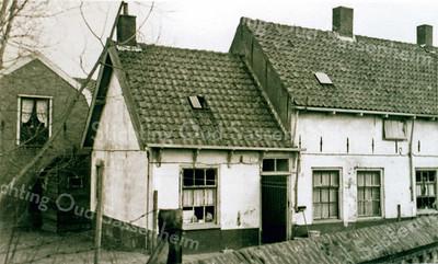 F0054 <br /> Oude foto van het Kuipershofje tussen het kerkhof van de  Ned.-herv. Kerk of Dorpskerk en de Hortuslaan. De woningen zijn in de loop der jaren door verschillende families bewoond, zoals de fam. Sluymer, Van der Luit, Both, Kulk, Diederiks, Spierenburg en nog vele anderen. Gesloopt in 1959. Zie ook Sassenheim in oude ansichten van G. Verschoor, pag. 52..