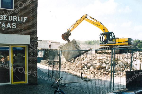F2489<br /> De Oude Haven. De sloop van dierenspeciaalzaak De Kluyver t.b.v. van nieuwbouw. Nu (2017) is hier al enige jaren de vishandel van de fa. Schuitemaker, met appartementen daarboven. Links autobedrijf J. Faas. Foto: 2002.