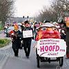 F2568<br /> Carnavalsoptocht van de carnavalsvereniging De Saksen op de Parklaan. Met bord: Hans Waasdorp, geheel links: Nic. Koelewijn. Tweede van rechts : Jan de Prie. Foto: 2004.
