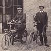 F4614<br /> Rechts staat Kees Prins met naast hem dhr. Van Hoekelen op de motorfiets. Waarschijnlijk is de foto genomen bij J.H. Uphoff, gevestigd aan de Hoofdstraat. Aan de achterzijde van dit pand was een bollenschuurachtige werkplaats. Naast Uphoff woonde de fam. Van Hoekelen: twee zussen en een broer (mogelijk de persoon op de foto).
