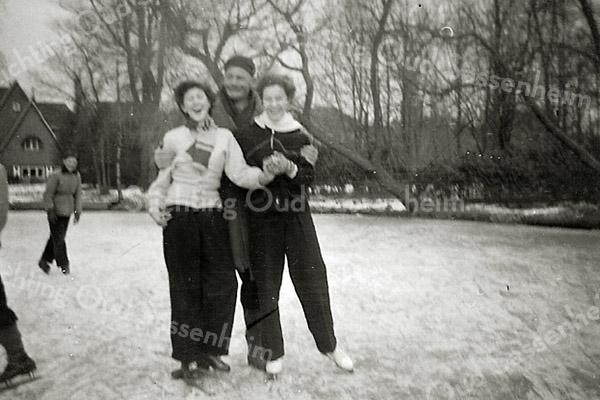 F2675<br /> Schaatsen in park Rusthoff. Vlnr: Riet Schrama, Kees Hoogeveen en Tiny Waasdorp-Lascaris. Foto: 1955