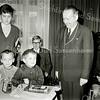 F3495<br /> De 5-jarige Freddy Beijk (het jongetje links) krijgt van burgemeester Baron van Knobelsdorff een horloge, omdat hij zijn vriendje Johan Rozenbroek van de verdrinkingsdood heeft gered. Het horloge werd aangeboden namens de Maatschappij tot Redding van Drenkelingen. Links staat mevr. Rozenbroek-Bader, de moeder van Johan. Foto: februari 1969.