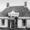 F0707 <br /> Hoofdstraat 100, bewoond door W. van Hage. Eerder bewoond door de fam. Drost en de fam. Faas. Hoewel er alleen een koopakte uit 1902 bestaat, is uit een belastingaangifte van 1839 gebleken, dat het huis omstreeks die tijd moet zijn gebouwd. Het huis erachter stamt uit 1840.