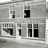 F0540 <br /> Oude Haven met het voormalige pand van A. Vliem (gesloopt begin jaren '60). Het linkergedeelte was indertijd een bloemen- en plantenwinkel. Later woonde hier Simon Vliem. Rechts woonde A. Vliem sr. met zijn zoon Wim. De ingang van het rechtergedeelte was in de poort rechts. Het witte huisje links (gesloopt in 1960) werd bewoond door Jaap v.d. Meer. Op de plaats van het huis van Vliem staat nu (2016) de cafetaria Plaza Oude Haven. Foto: ca. 1960.
