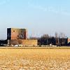 F0500 <br /> De ruïne van Teylingen met bollenland op de voorgrond. Rechts op de achtergrond de voormalige bollenschuur van de Gebr. Bergman, later antiekhandel Reckman en sinds ca. 2000 in vervallen staat. Foto: 1999.