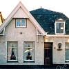 F1847b <br /> Het voormalige huis van de fam. Th. Engberts in de Molenstraat, nr. 18. Het huis op de foto is al verlaten en de bewoners zijn naar De Schutse verhuisd. Inmiddels is het huis gesloopt en is er in 2015 een moderner pand gebouwd. Foto:1999.