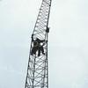 F3853<br /> De bouw van een 45 meter hoge zendmast voor mobilofoon- en portofoonverkeer van de politie. Deze zendmast werd gebouwd door de PVD (politie verbindings- dienst)<br /> De vakwerkmast bestond uit 5 delen van 8 meter die hier worden geplaatst. De hele constructie stond op een grote betonnen klomp met heipalen in de grond van 11 meter lang. Bovenop stond ook nog een zendgedeelte van 2,5 meter hoog. Van af de grond was het bouwwerk 45 meter.<br /> Deze mast verving een 17,5 meter hoge kantelmast die een paar jaar eerder was geplaatst.