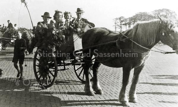 F1108 <br />  Oranjefeest in 1949. In de wagen v.l.n.r.: Van Deursen, Jo van Dijk, Jannie van Dijk en Dirk van der Geest. Het kleine jongetje is Bert Smit.