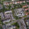 F3559<br /> Een luchtfoto van de wijk achter de Teijlingerlaan. Die loopt helemaal bovenin, van links naar rechts (nauwelijks te zien). Men ziet de huizen langs de Teijlingerlaan aan de achterkant. Rechts loopt de Westerstraat en beneden is de Slotlaan te zien.