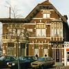 F2904<br /> Het woonhuis, genaamd 'Panama' en het garagebedrijf van Flip Bakker, citroëndealer aan de Hoofdstraat. Foto: 1992