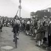 F4489<br /> Bevrijdingsfeest, ringsteken op de fiets. Foto: 1945