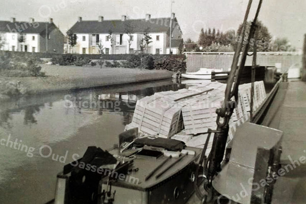F3383<br /> De Oosthaven eind jaren '50 met het uitzicht op de Parklaan. Rechts staat nu snackbar Thomas. De boot 'Jacoba'  is van Bram Molenaar.