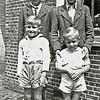 F2655<br /> In de achtertuin van het pand Zuiderstraat 37. V.l.n.r.: Wils, Kees, Anton en Gerrit Heijns. Foto: 1945.