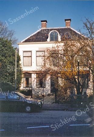 F0069 <br /> Huize West End (gebouwd in 1834) ligt aan de Hoofdstraat nr. 167. G.Verschoor schrijft, dat de naam West End duidt op het westelijke einde van het centrum van de gemeente. Tot zover deed de 'klapwaker' (nachtwacht) zijn nachtelijke ronde. In 1853 heeft de bisschop van Haarlem, mgr. Van Vree, een aantal jaren in het huis gewoond. Van 1870 tot 1887 was West End de pastorie van de r.-k. kerk. De heer P. van Deursen heeft er van 1911 tot 1938 gewoond. Daarna bewoonde de fam. Schinck de villa. Vanaf het midden van de jaren negentig staat het pand leeg. Foto: 1995.