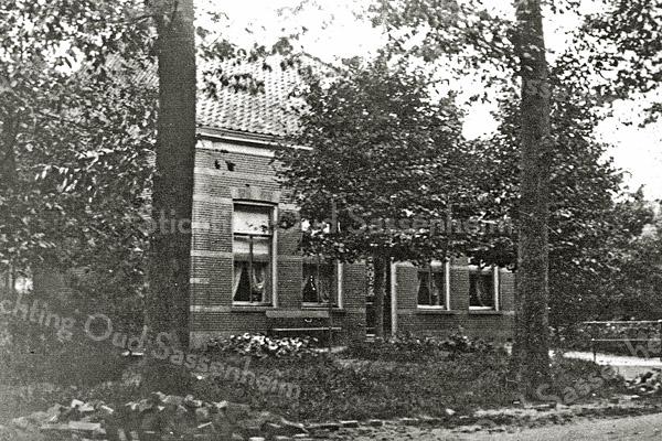 F0896 <br /> Dit pand staat op Hoofdstraat 325 en wordt bewoond door de fam. J.H.C.A. Kapiteijn. Het pand is gebouwd in 1892. De zoon van Piet Rotteveel (van de boerderij op het laantje, later W. van Rijn) heeft dit pand laten bouwen. Zijn bijnaam was: Piet van het plankie. Na Piet Rotteveel heeft Hein Heemskerk uit De Engel op de boerderij gewoond en later Wim van Rijn. <br /> Foto: 1892.