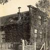 F0768 <br /> Voor G. van Moorsel bouwde J.P. Oudshoorn in 1902 dit burgerwoonhuis aan de Zandslootkade. Drie jongens zitten op de bollenkisten en verlevendigen het plaatje. Het huis staat er nog steeds. Een heel aantal jaren heeft daar de fam. Ziegelaar gewoond. Foto: vóór 1921.<br /> <br /> [Collectie Oudshoorn 030: burgerwoonhuis G. van Moorsel 1902. Zandslootkade 13.]