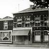 F0571 <br /> Winkel en woonhuis van bakker Barnhoorn aan de Hoofdstraat nr. 185. Links de voormalige zuivelwinkel van Verkleij, hier weer als woonhuis ingericht. In het voormalige pand van bakker Barnhoorn is nu (2016) de Fotoservicewinkel van Foto Turk gevestigd. Foto: 1967-1968.