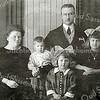 F2226<br /> Het gezin Arnoldus Petrus van Rijn en Josephina Hillegonda Weijers, de ouders van Henk van Rijn. Zij woonden in 1921 op Rusthofflaan 7. Later zijn ze verhuisd naar Haarlem. De foto is genomen op 4 december 1925.