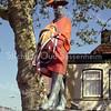 F2164<br /> Het bronzen beeld 'De Aschpotter' aan de Oude Haven in juni 2010. De oranje uitdossing is t.g.v. het wereldkampioenschap voetbal in Zuid-Afrika.