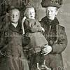 F2325<br /> In het midden Marie van Leeuwen (ca. 3 jaar). Links van haar staat haar zusje Maartje, die jong is overleden. Marie bleef daardoor het enige meisje in het gezin, naast haar broers Teun en Barend. De laatste emigreerde op jonge leeftijd naar de USA. Rechts staat moeder Geertje van Leeuwen-Vos; zij overleed in 1962, 86 jaar oud.