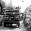 F4094 <br /> De bevrijdingsoptocht in de Hoofdstraat 'Keep them rolling'.