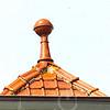 F4348b<br /> Een dakversiering, een zgn. makelaar, op het dak van een woning aan de Hoofdstraat 323. Foto: 2002.