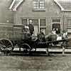 F2073<br /> De broodkar met de hit van de bakker A.G. de Kwaasteniet (geb. 1888). De foto is gemaakt voor hun woonhuis in de Tijloosstraat nr. 28. <br /> Helemaal links Arie jr.; op de bok: Janny en Willy, dan moeder, in de deuropening Maartje en rechts vader De Kwaasteniet. De familie is vóór 1940 verhuisd naar de Zuiderstraat.