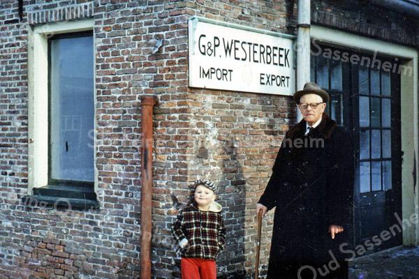 F2642<br />  Piet Westerbeek voor zijn bollenschuur, gelegen bij de Oude Koningshuijs.