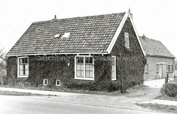 F1375a <br /> Rijksstraatweg 3, woonhuis, schuur en broeikas van de fam. R. Broer. Nu is hier de parkeerplaats van AKZO Nobel (Sikkens).