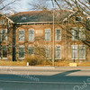 F2909<br /> In het linker deel van 'Twins Home' aan de Hoofdstraat, woonde in de jaren '30-'40 de fam. van der Weijden met een konijnenberg in de tuin. In het rechter deel woonde de fam. van der Voort. Foto: 1992