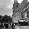 F4145 <br /> Een uitvoering bij de Ned. Herv. Kerk of Dorpskerk door zangvereniging 'De Lofstem'. Foto:1980