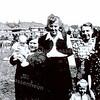 F1923<br /> De fam. Van der Poel-Nouland. Op de achtergrond de huizen van de Molenstraat.<br /> V.l.n.r.: Sjaan Nouland, moeder Nouland-Warmenhoven, Ina Krom-v.d.Poel (Bijdorpstraat), Rie v.d.Poel-Nouland, Gre Nouland, Joke Nijland. Foto: 1942.