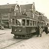 F2175<br /> De elektrische tram van Haarlem naar Leiden staat stil bij de halte bij Park Rusthoff en de Charbonlaan. Foto: ca. 1947.