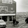 F2490<br /> Het pand van autobedrijf J. Faas aan de Oude Haven, dat later ook gesloopt is. Zie ook foto 2489. Rechts in de verte de puntdaken van de bibliotheek, met daarachter het park. Foto: 2002.