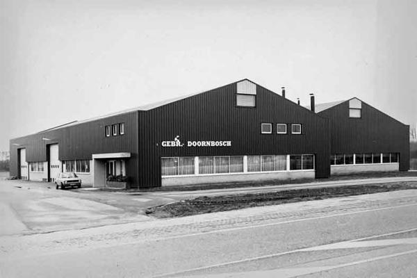 F3709<br /> De bedrijfsgebouwen van de fa. Doornbosch aan de Rijksstraatweg 44. In 1983 werd het bedrijf beëindigd en vestigde de fa. Gebr Langeveld BV. zich in dit pand, exportbedrijf van bloemen en planten.