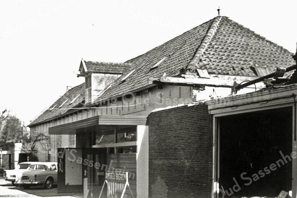 F0299 <br /> Het gebouw van de grote zaal van 't Bruine Paard, met helemaal links achteraan de ingang naar de kegelbanen die daar weer achter lagen. Rechts is het pand van Van der Meer nog in het stadium van afbraak te zien. Bij de ingang zien we het woord 'ZALEN' en het vroeger zo bekende fietsenrek met het opschrift 'Amstel Bieren'. Foto: 1968.