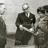 F2191<br /> Links staat burgemeester J. baron van Knobelsdorff, burgemeester van Sassenheim van 1961 tot 1973. Geheel rechts mevr. Van Knobelsdorff.
