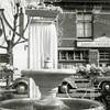 F0659 <br /> De waterfontein op de Oude Haven, geschonken door het Gas- en Waterbedrijf in 1925. Op de achtergrond de winkel in bloemen en planten van A. Vliem. De foto is gemaakt ten tijde van het bloemencorso. Het engeltje op het fontein is al verdwenen. Foto: na 1948.