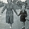 F3120<br /> Elly Kruijswijk met haar broer Wim op weg naar de kermis. Ze lopen hier op de Rusthofflaan nabij de hoek met de J.P. Gouverneurlaan (rechts). Op de achtergrond de boerderij van Chr. Van der Voort (op hoek Menneweg – Rusthofflaan). Foto 1950.