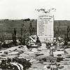 F2757<br /> Op 10 mei 1940 werd bij de Postbrug  een bus gebombardeerd, waarin soldaten zaten. Ze kwamen allen om en zijn begraven in de bomkrater. Daarna is op deze plaats een monument opgericht.