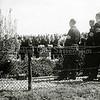 F1309b <br /> Herdenking bij het soldatengraf aan de zuidkant van Sassenheim bij de  Haarlemmertrekvaart, onder leiding van de Binnenlandse Strijdkrachten. Links van burgemeester Sandberg van Boelens staat dhr. P.M. Beije (gemeenteraadslid). Foto: ca. 1946.