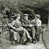 F2978<br /> Dhr. Jan Adam Charbon met rechts zijn dochter Ida en links dochter Jacoba Johanna?