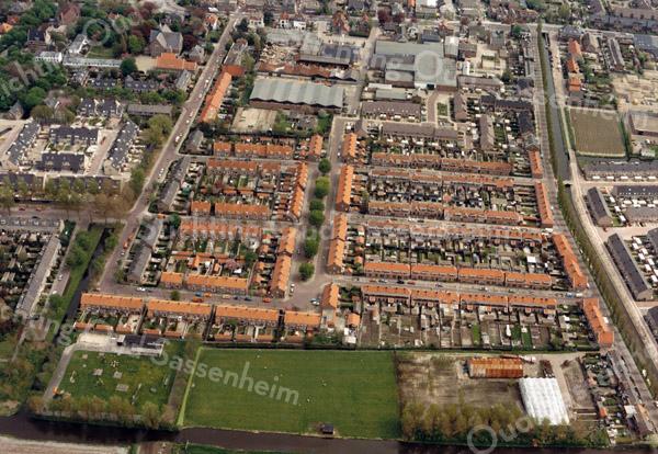 F3290<br /> Een luchtfoto van de 'rode' buurt, ook wel de Oranjebuurt genoemd. Rechts ziet men de Zandsloot.  Linksboven is de Julianakerk te zien.