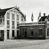 F0693a <br /> Het bollenbedrijf Gebr. Van Zonneveld & Philippo aan de Hoofdstraat . Deze gebouwen stonden op de plek waar nu de Koningstraat en Van Zonneveldstraat zijn. Foto: ca. 1950.