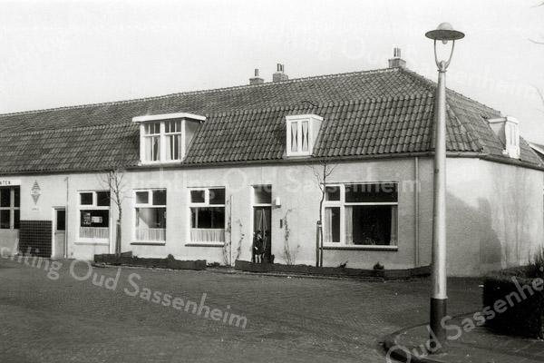 F1124b <br /> Woonhuis met garage van Ep Postma en later van H.G. van Santen in de Concordiastraat, hoek Molendwarsstraat.