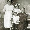 F2228<br /> Links staat Josephina Hillegonda van Rijn-Weijers. Op bank zitten opoe Weijers met kleinkinderen Jo en An van Rijn. Josephina is moeder van Henk van Rijn. De foto is genomen op Hortuslaan 11.